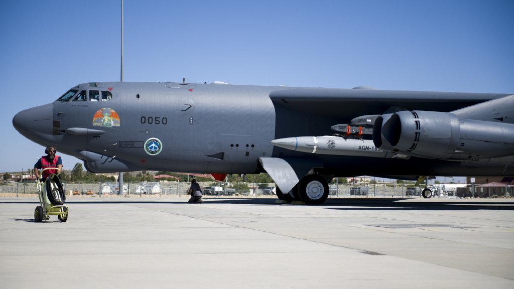 别再掉落了:美军B52轰炸机挂高超音速导弹试飞