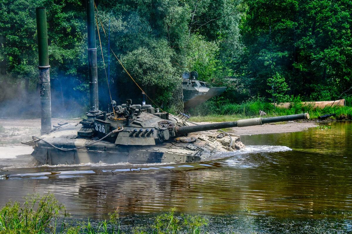 水面上只剩通气管:俄军坦克进行潜渡训练