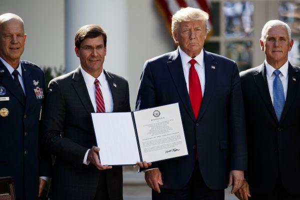 资料图:美国总统特朗普2019年8月29日宣布正式成立美国太空司令部。图为美国总统特朗普(右二)、美国副总统彭斯(右一)、美国国防部长埃斯珀(左二)和现任美国空军太空司令部司令官约翰·雷蒙德出席太空司令部成立典礼。(新华社)