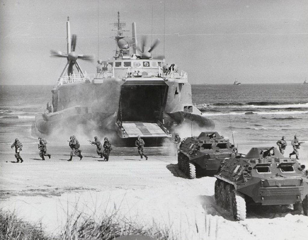 气垫船突击登陆声势浩大:东德军演老照片
