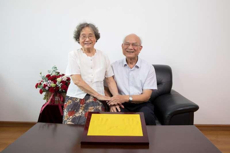 (刘永坦伉俪合影。2020年8月,刘永坦同夫人冯秉瑞将800万元奖金全部捐出,设立永瑞基金,用于哈工大电子与信息学科人才培养。)