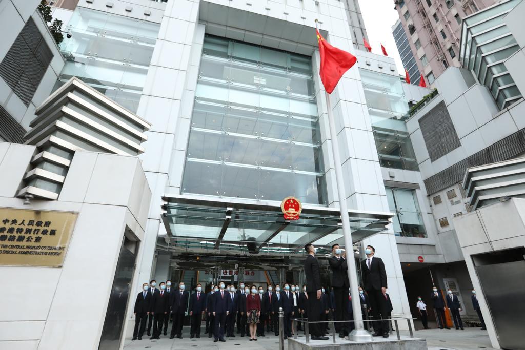 香港中联办今早进行升旗典礼 骆惠宁等列席(图)