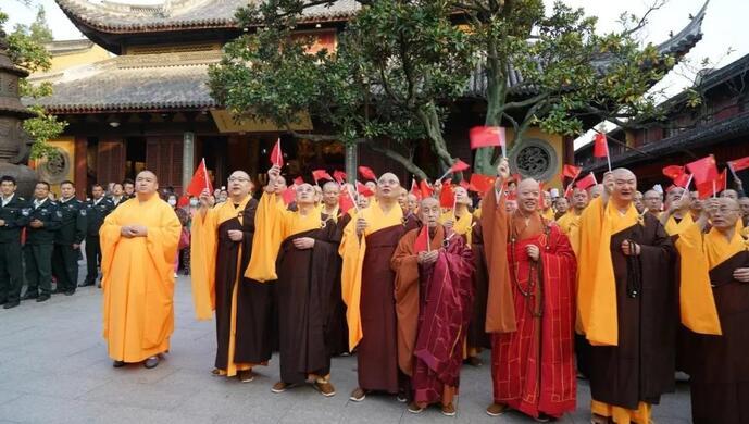 庆祝新中国成立71周年,上海龙华古寺举行升国旗仪式图片