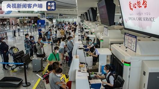北京大兴机场10月1日迎来旅客出行高峰 计划起降航班665架次图片