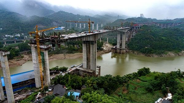 [重庆]渝长高速扩能项目御临河特大桥主桥左幅合龙(图)