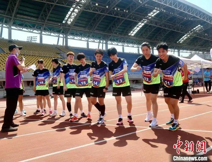 资料图:中国羽超联赛队员们预备举行体测。中国羽协供图