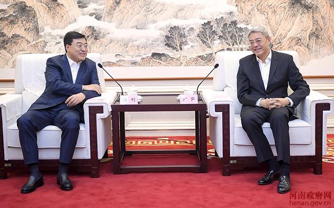尹弘与伊利集团董事长潘刚会谈图片
