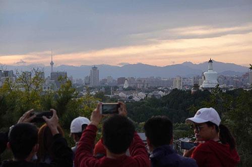 北京迎来微风气候,在景山远眺西山,朝霞靓丽(图)(图7)