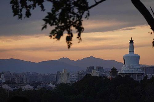 北京迎来大风天气,在景山远眺西山,晚霞靓丽(图)图片