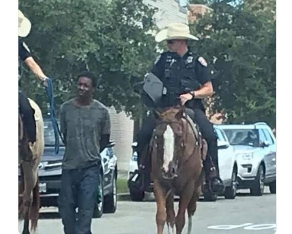 美国黑人被白人警察骑马牵着游街 索赔100万美元