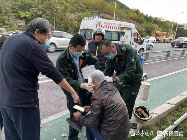 事故现场伤者不肯离开 交警暖心替伤者出现场