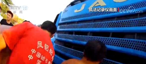 事故致一人卷入车底 警民合力救人图片