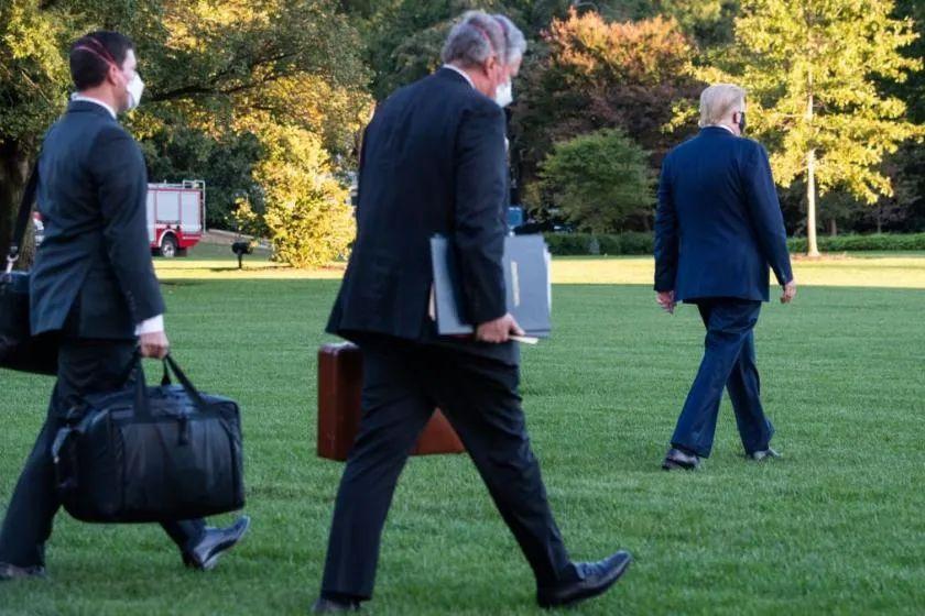 特朗普住院也带她 这个拎黑色手提包的女人太神秘了