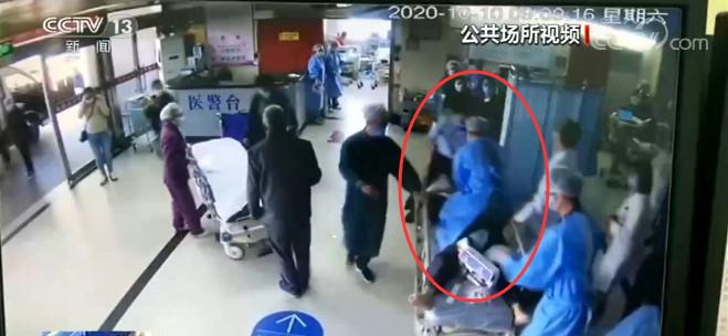 江苏南通:患者心脏骤停 护士爬上担架车紧急施救图片