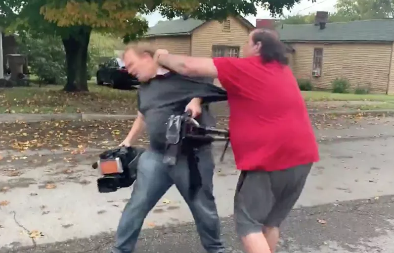 美国记者拍疫情节目时突遭红衣男子攻击 嫌犯在逃