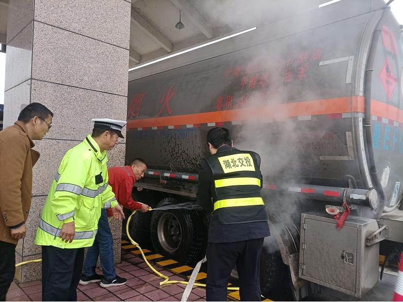 危化品车轮胎冒烟险自燃 鄂西北高路人施救保平安图片
