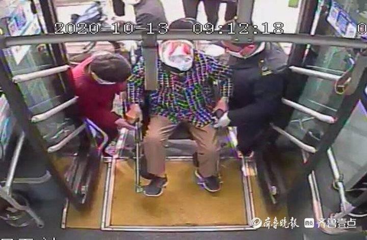 轮椅上车行动不便 济南公交驾驶员和乘客齐帮忙