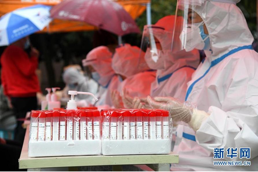 ▲10月14日,事情职员在青岛市市北区海伦路街道一检测点为市民举行核酸检测采样。