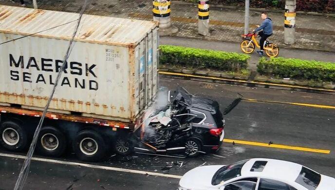 上海一辆小客车追尾卡车,致驾驶员当场死亡图片