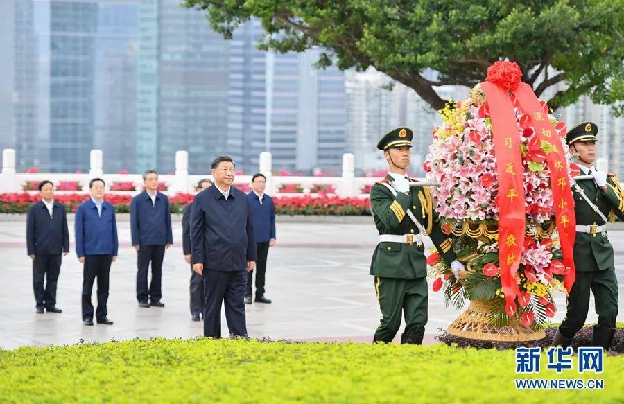 10月14日下昼,习近平来到莲花山公园,向邓小平同道铜像敬献花篮。图源:新华社
