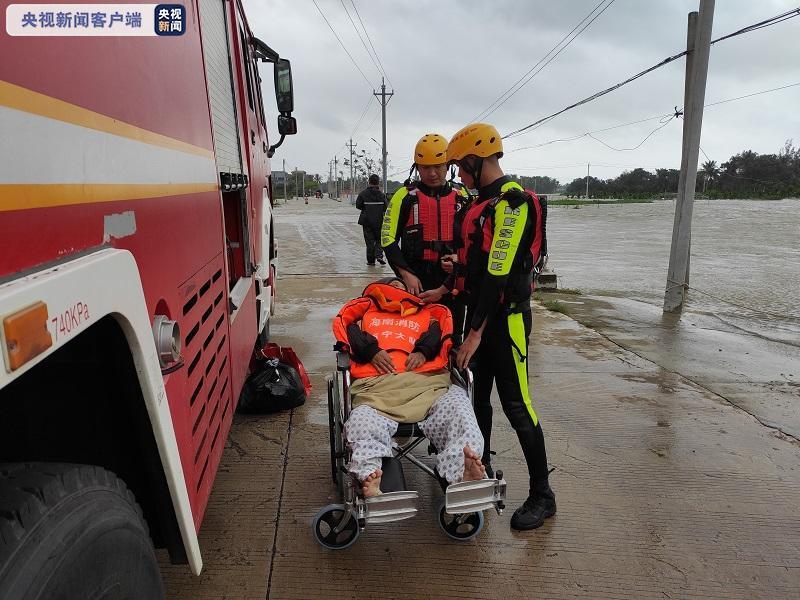 海南万宁:强降雨致多处内涝 消防转移群众400余人