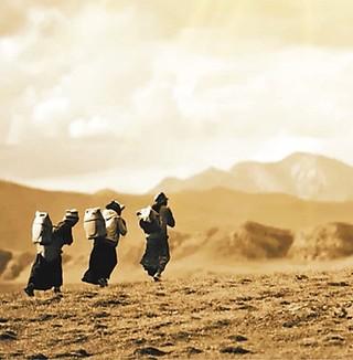 异地搬家前,尖扎县山上的村民用水难,只能到山下背水。(尖扎县委宣传部供图)