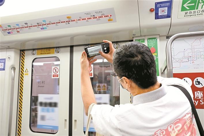 ▲10月17日,市民体验乘坐地铁4号线三期列车。 深圳晚报记者 张焱焱 摄