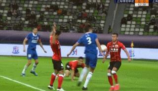 GIF:毕津浩投诉买提江禁区内手球,裁判没有表示