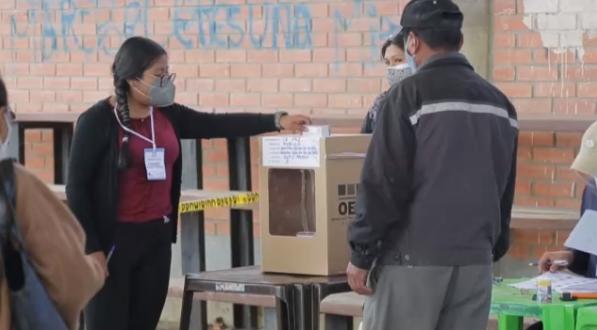 玻利维亚举行总统和议会选举 730万选民将选出新总统