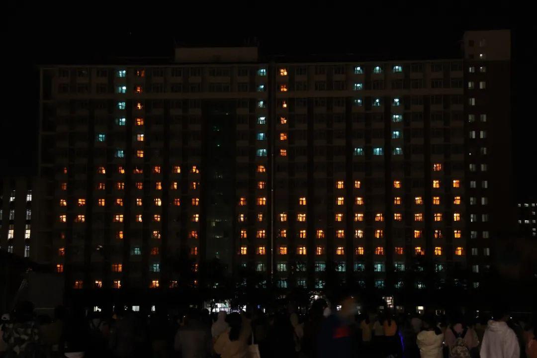 115周年校庆日 | 中国农大学子用灯光秀庆祝学校115岁生日图片