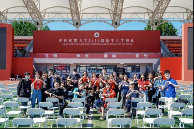 传中国▲2大学媒级200门生开新演礼导典组。