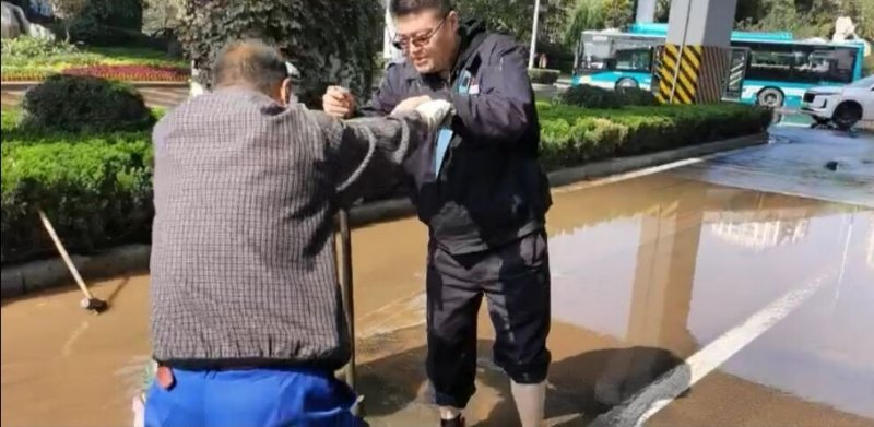 济南玉函路管道漏水致200余户受影响,预计24小时修好