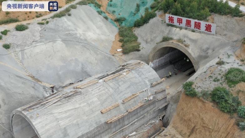 提前10天完工!云南红河弥蒙铁路全线首座隧道贯通图片