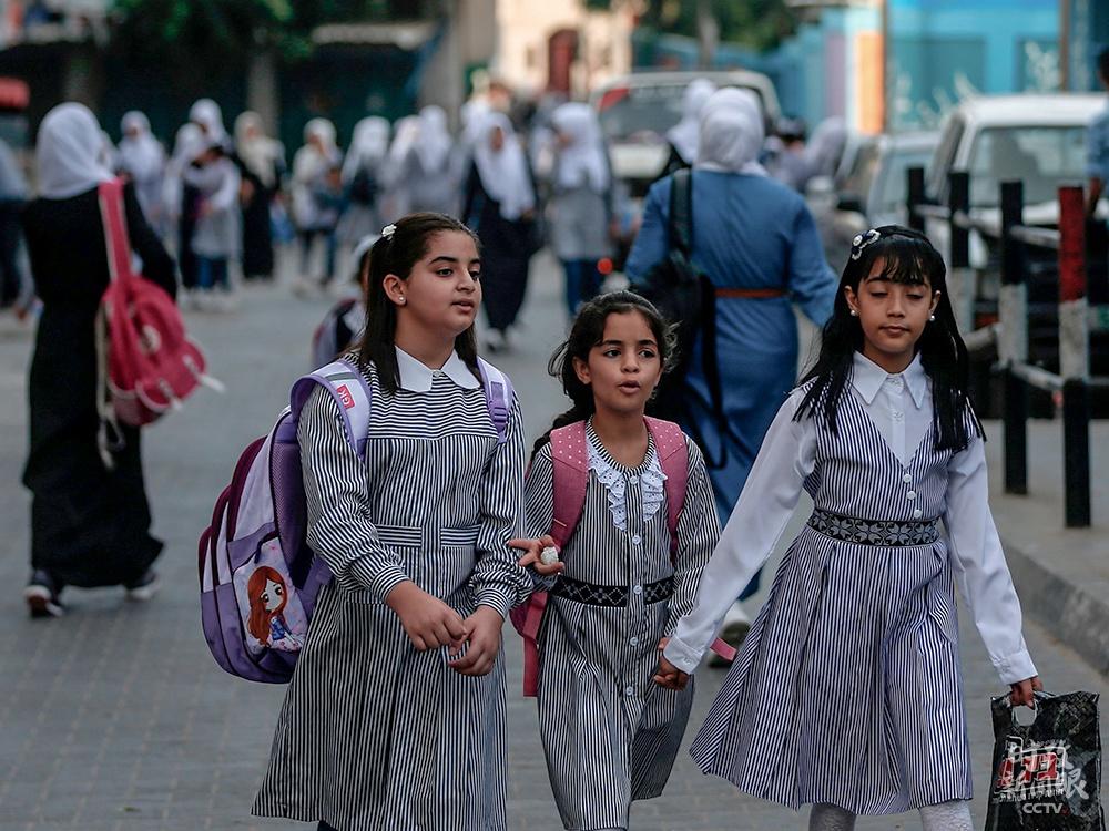 △巴勒斯坦加沙地带克日开学,门生们到联合国拯救和工程处创办的学校上课。