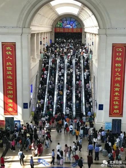 """北京日报评论:假期""""人从众"""",尽享热闹勿忘安全图片"""