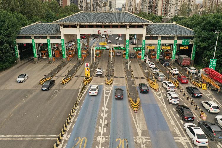 渝湘高速迎來出游大車流圖片