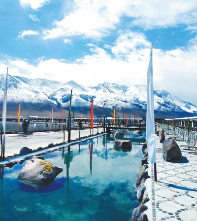 西藏当雄县羊八井镇地热旅游区景色迷人。