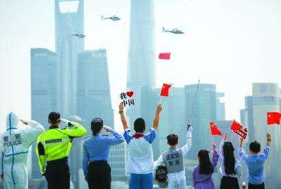 上海公安警用直升机挂国旗巡飞黄浦江图片