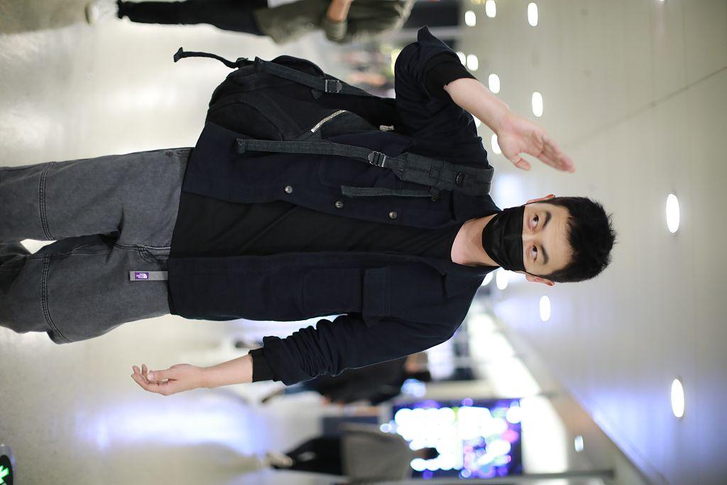 朱亚文黑色工装衣配灰色工装裤简约时髦 见粉丝挥手签名亲和满分