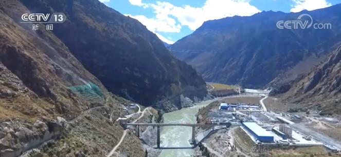川藏铁路拉萨至林芝段最长隧道开始铺轨图片