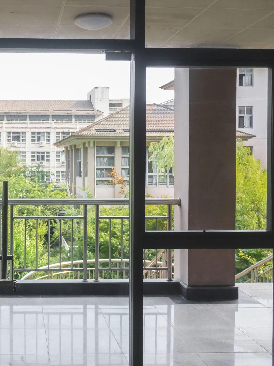 离学期结束还有不到100天了哦!校园里窗外的风景你可曾用心看过图片