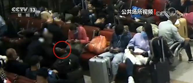 男子车站盗窃熟睡旅客手机 被刑拘图片