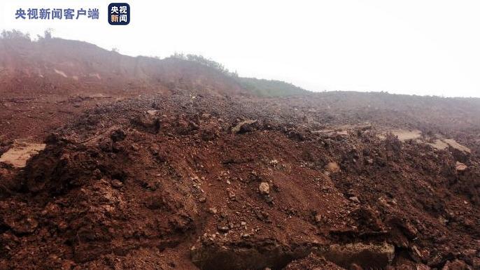 云南大永高速发生山体垮塌 造成道路交通中断图片