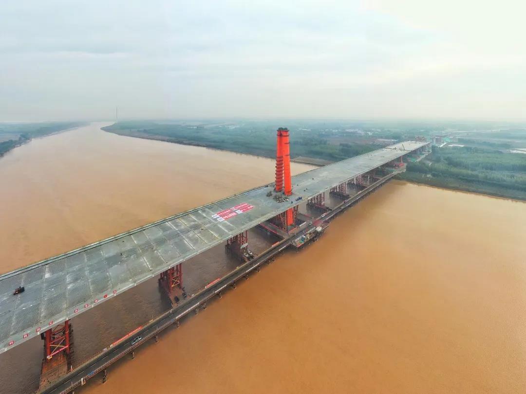 世界最大跨度三塔自锚式悬索桥山东济南凤凰黄河大桥合龙
