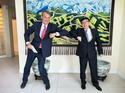 驻威廉斯塔德总领事李意钢会见荷兰外交部长特别代表