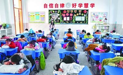 学生在教室午睡