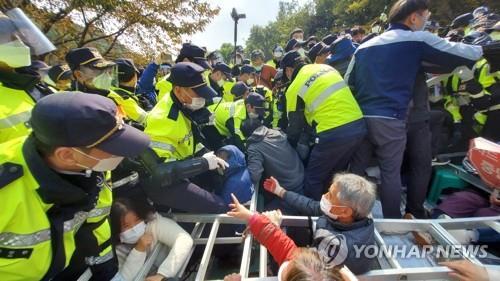 """韩军向""""萨德""""基地运施工装备警民发生冲突"""