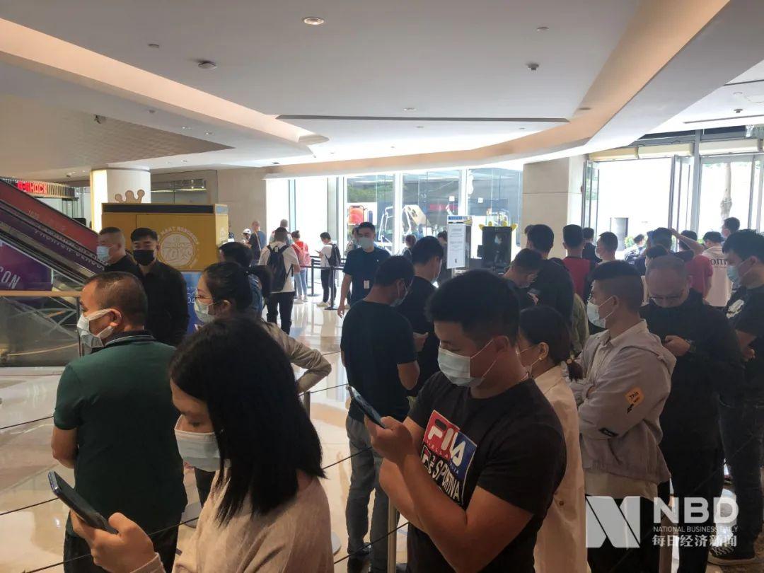 "iPhone 12发货第一天 ""果粉""再次排长队,黄牛Pro版加价千元"