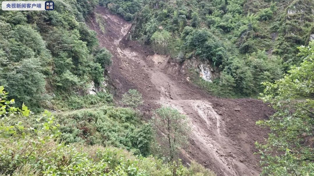 云南怒江发生泥石流塌方致多路段损毁 抢险正持续进行图片
