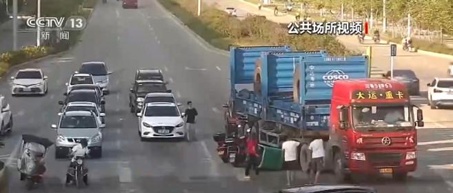 福建莆田:老人被卷入重卡车底 路人纷纷出手相助图片